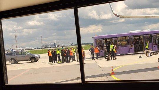Пассажир Мантас, летевший самолетом Ryanair, который ранее совершил принудительную посадку в Минске и следовал по маршруту Афины-Вильнюс сообщил, что было ясно, что задержание журналиста Романа Протасевича было срежиссировано