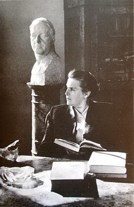 Гением скульптора Веры Мухиной был ее муж Алексей Замков (на заднем плане), создатель советской виагры