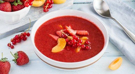 Клубничный суп может выступать и в роли первого блюда (особенно если дополнить его пшеничными гренками), и в роли десерта.