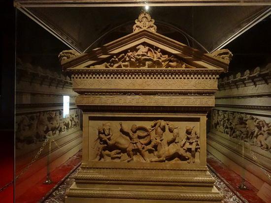 Знаменитый саркофаг был найден в подземном зале Сидона, одном из крупнейших городов Ливана.