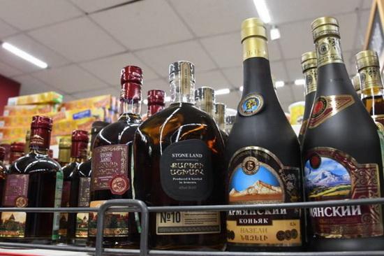 """Выпускать напитки под названием """"коньяк"""" армянские производители должны прекратить с 2032 года. После этого им будет дано еще 11 лет, чтобы распродать старые запасы."""