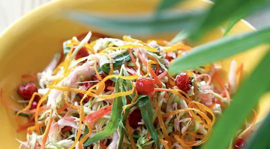 Согласитесь, что само название «салат из молодой капусты» звучит очень свежо!