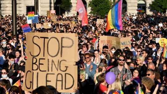 В Венгрии в четверг, 8 июля, вступил в силу закон, ограничивающий информирование о гомо- и транссексуальности.