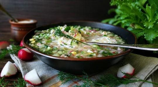 Окрошка –это традиционное русское блюдо, классический рецепт подразумевает использование кваса, как основы.