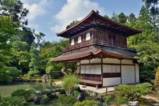 В Японии стоимость дома начинает падать с первого дня его постройки, а через 10 лет в среднем уменьшается вдвое.
