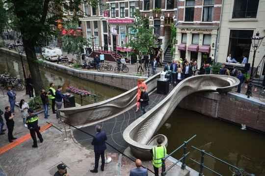 В столице Нидерландов Амстердаме в четверг, 15 июля, открылся первый в мире стальной мост, напечатанный на 3D-принтере