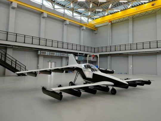 32 двигателя, отвечающие за вертикальный взлет, расположены на крыльях спереди и сзади пилотской кабины.