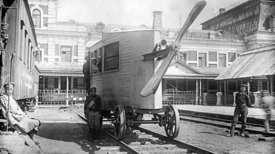 Он должен был стать первым скоростным поездом в стране, но столкнулся с яростной революционной борьбой.