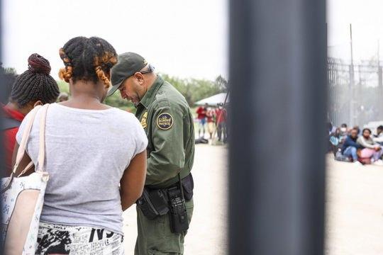 Сотрудники службы таможенного и пограничного контроля США (CBP) 4 августа взяли под стражу 834 малолетнего нарушителя границы