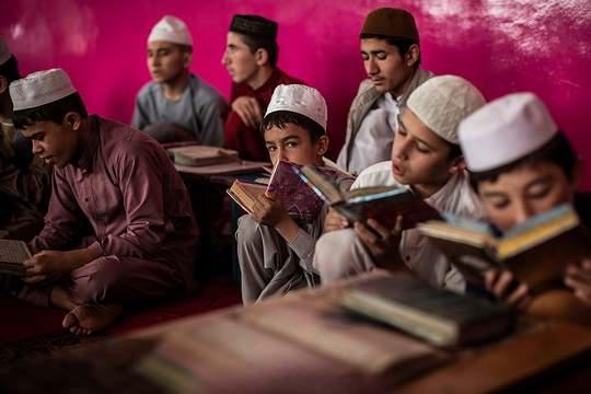 В соцсетях распространяются сообщения о том, что мальчики школьного возраста в Афганистане массово бойкотируют учебные заведения.