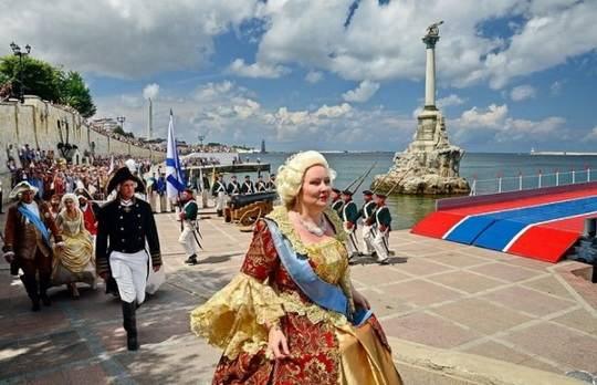 Во второй день нового 1787 года русская императрица Екатерина II в сопровождении многочисленной свиты и иностранных представителей отправилась из Петербурга в Крым