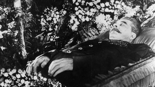В ночь с 31 октября на 1 ноября 1961 года тело Сталина тайно вынесли из мавзолея и погребли у Кремлёвской стены.