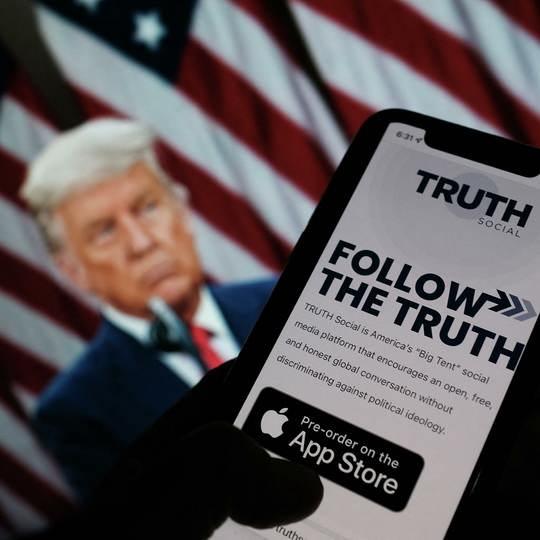 Бывший президент США, которого заблокировали в крупных соцсетях, 20 октября объявил о запуске собственного сервиса Truth Social