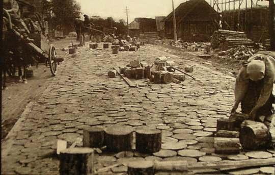 В царской России существовала мостовая повинность - землевладельцы и сельские общины обязаны были содержать дороги в хорошем состоянии
